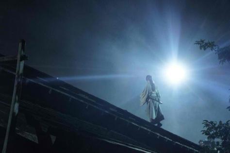 Imagem de Kenshin sobre o telhado de uma casa. (imagem: Divulgação)