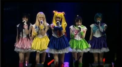 Grupo Momoiro Clover Z se apresentaram vestidas das personagens da série (imagem: divulgação)