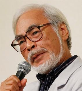 Diretor Miyazaki respondendo as perguntas dos jornalistas. (imagem: otakumode)