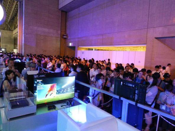 Muitas pessoas fizeram fila para poder jogar os demos do PS4, isso foi  um dos destaques da TGS 2013.