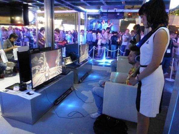 Havia também demos do PS4 em cima de um palco. Os visitantes puderam ver enquanto eles esperavam na fila.