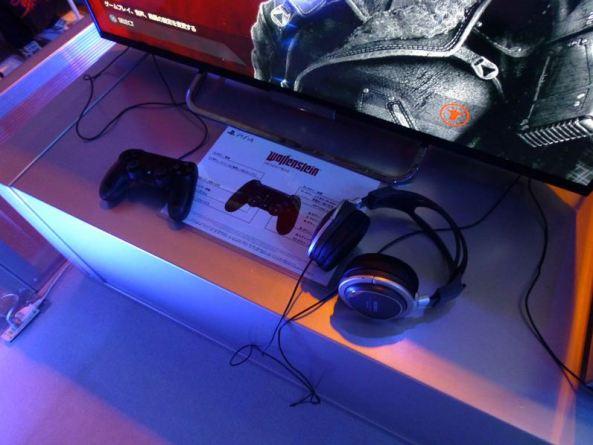 O controle PS4. Check-out dos visitantes disseram que é fácil de usar. Fãs jogaram com fones de ouvido da Sony e desfrutaram de uma excelente experiência de som também.