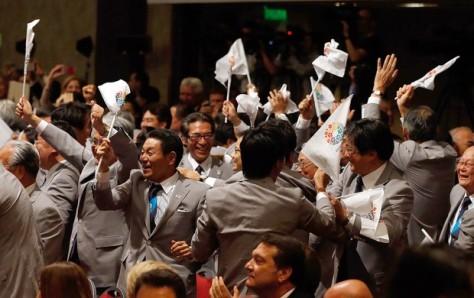 Representantes do Comitê Olimpico Japonês comemorando a vitória de Tokyo. (imagem: divulgação)