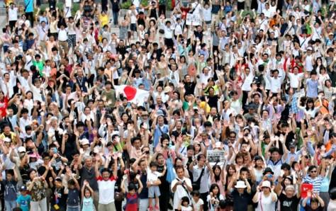 Japoneses na cidade de Tokyo comemorando a vitória na escolha da sede. (imagem: divulgação)